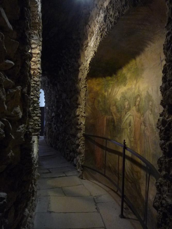 L'ensemble du décor est constitué de moellons de tuffeaux apparents, et ponctuellement de fresques.