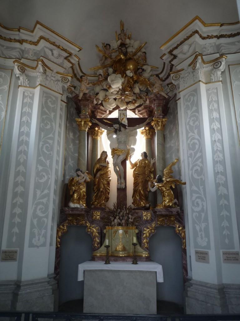 Le maître-autel de la chapelle de la Croix, est surmonté d'un Christ en Croix entouré de Marie-Madeleine, de saint Jean l'Évangéliste, et de deux anges.