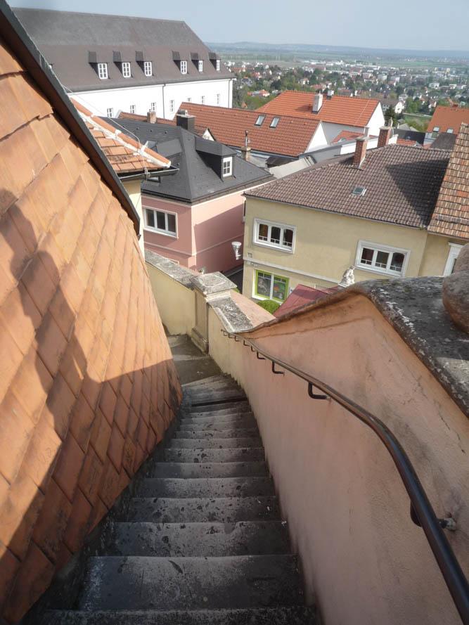 Deux escaliers extérieurs longeant la toiture permettent ensuite de quitter le sommet.
