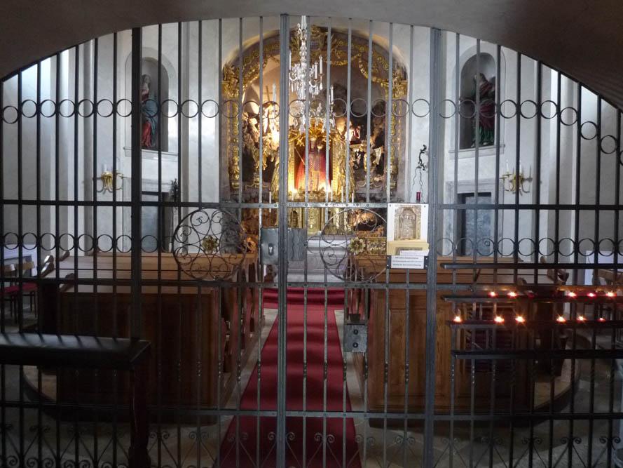 La chapelle dédiée à Notre-Dame-de-Grâce est à l'entrée du chemin de Croix.