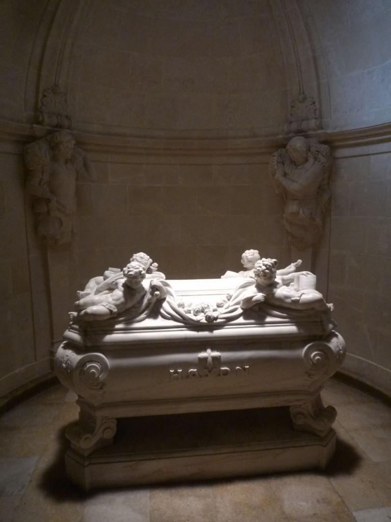 """L'église du Mont est également appelée """"Église de Haydn"""", car le corps du compositeur y a été transporté onze années après sa mort, par le prince Nicolas II Esterházy. Pour l'anecdote, on peut dire que les restes de Joseph Haydn y furent transportés en deux temps. En effet, lors de l'exhumation de son corps, son crane manquait alors que sa perruque était toujours présente dans le cercueil. Après enquête, il fut découvert qu'il avait été subtilisé huit jours après les funérailles, pour se retrouver chez un particulier, dans un musée, avant de retrouver sa place avec le reste du corps en 1954."""