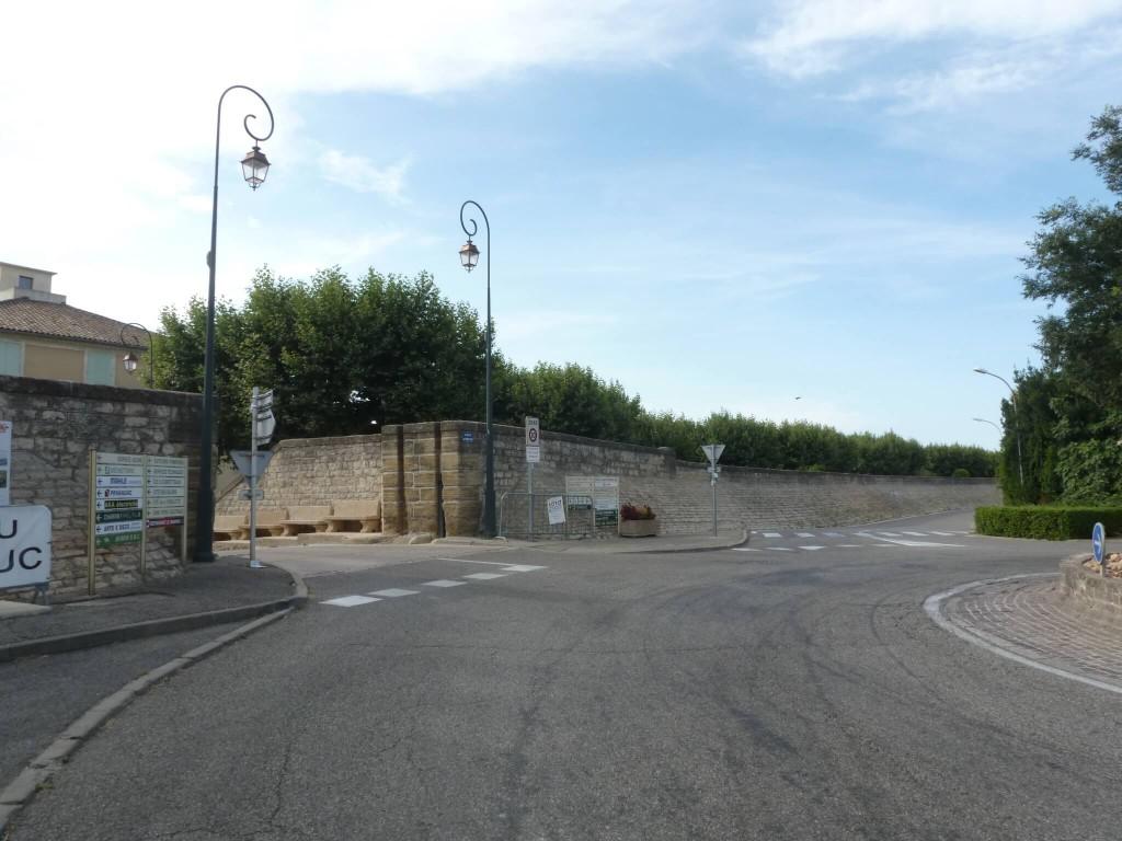 La porte Léon Roche (anciennement d'Orange), ouvre la ville sur l'est.