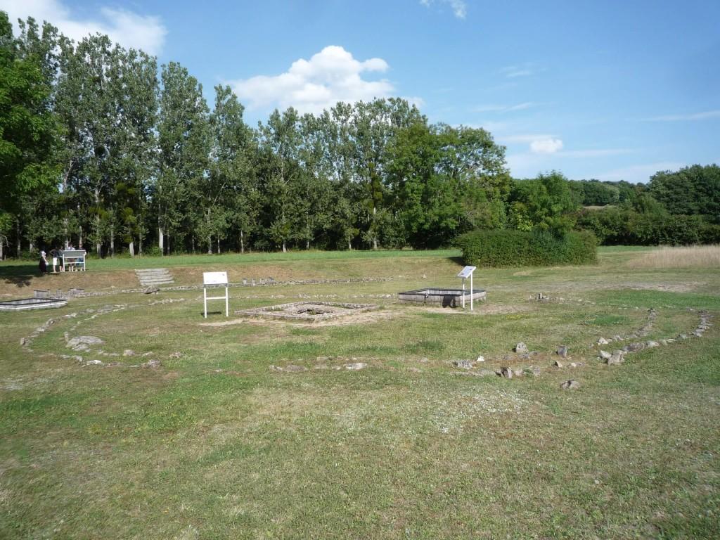 Un puits à côté d'un bassin rectangulaire
