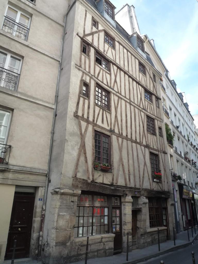 La maison au 3 rue Volta a longtemps été considérée comme la plus vieille de Paris, avant qu'il ne soit prouvé qu'elle datait du XVIIe siècle.