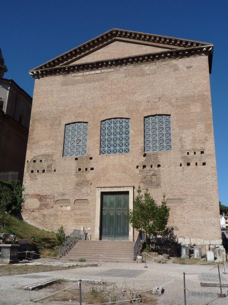 Façade principale de la curie Julia sur le forum romain, dont les travaux ont été initié par Jules César, et qui ne doit pas être confondue avec le lieu où celui-ci s'est fait assassiné.