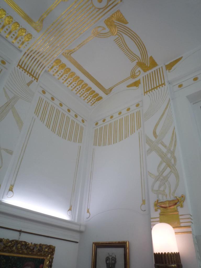 L'orientation vers le Jugenstil d'Otto Wagner est clairement visible dans la décoration en stuc.