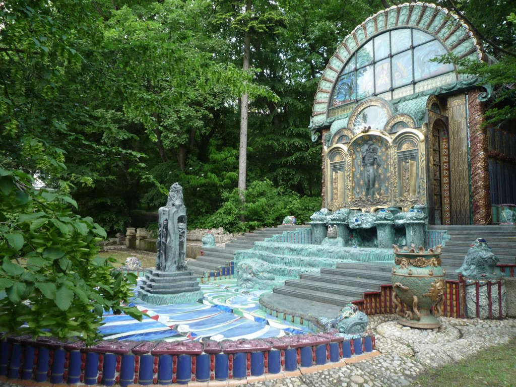 Le nymphée Oméga a été réalisé par Ernst Fuchs dans les jardins de la villa.